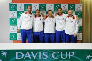 Slovenský tím pred zápasom proti Poľsku - zľava Igor Zelenay, Andrej Martin, Jozef Kovalík, Norbert Gombos a kapitán Miloš Mečíř.