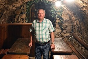 Starosta Čerhova Pavol Balogh v obecnej pivnici.