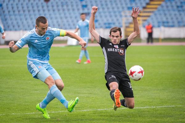 Štefan Gerec (vpravo) bojuje o loptu. Foto: SITA/Diana Černáková