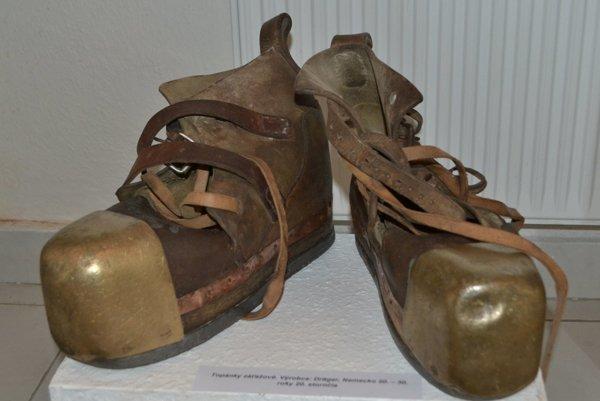 Záťažové topánky, zktorých jedna váži 18 kg. Vyrobené boli vNemecku približne vroku 1920.