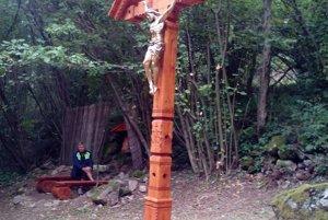 Kríž vyrobil kapucín z kláštora v Kremnických Baniach, brat Milan.