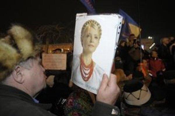 Ukrajinský aktivista drží portét bývalej ukrajinskej premiérky Julie Tymošenkovej.