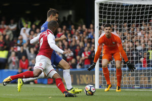 Alexandre Lacazette z Arsenalu a Cesar Azpilicueta v súboji v šestnástke Chelsea.