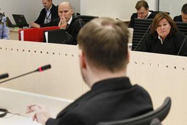 Breivik odpovedá na otázky súdu.