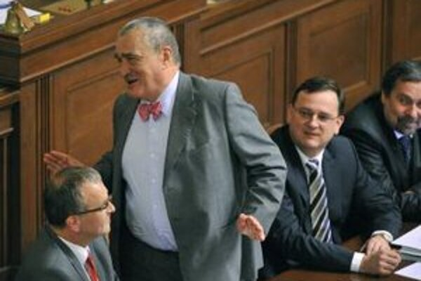 Karel Schwarzenberg, Petr Nečas a Radek John na schôdzi Poslaneckej snemovne.