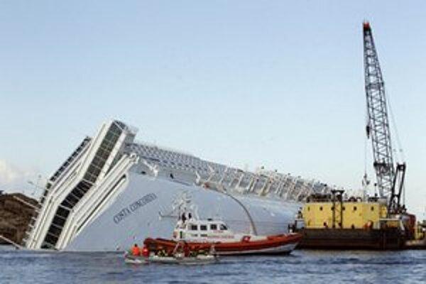 Vrak lode Costa Concordia stále leží pri ostrove Giglio.