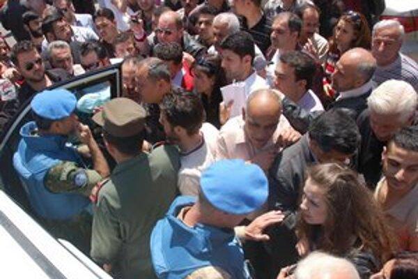 Pozorovateľov v Homse vítali aj Asadovi prívrženci.  V bombardovanom meste sú však v menšine.