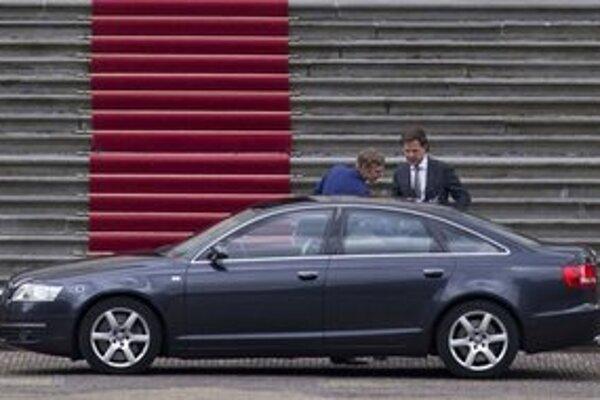 Odstupujúci holandský premiér Rutte pred prezidentským palácom.