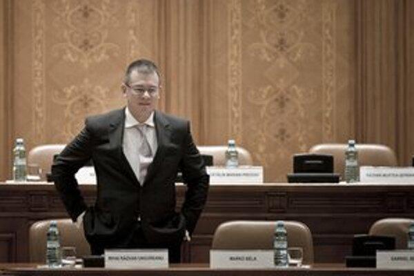 Rumunský premiér Mihai Razvan Ungureanu čaká na hlasovanie.