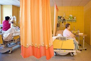Pacienti musia stále chodiť do nemocnice vybalení. WC papier nesmie chýbať. Pre istotu.