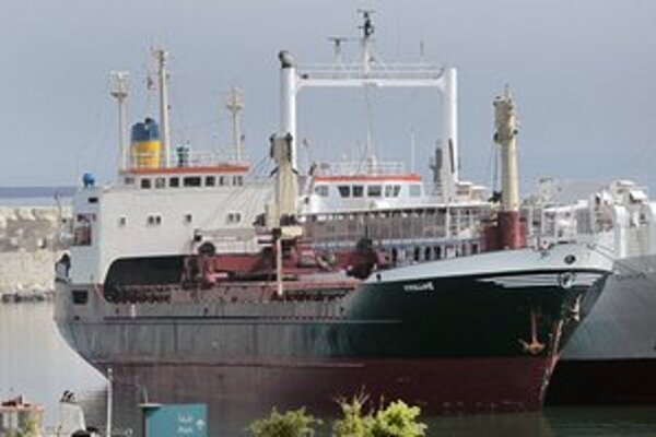 Zaistená loď v prístave Bejrút.