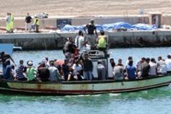 Loď s africkými imigrantmi.