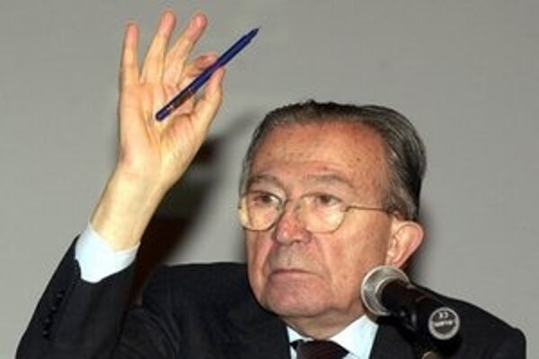 Giulio Andreotti na archívnej snímke z decembra 2001.