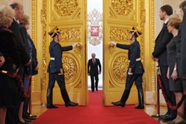 V kresle ruského prezidenta je opäť Vladimir Putin. Prísahu zložil v pondelok.