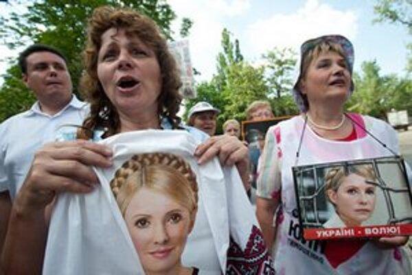 Tymošenkovej priaznivci pred väzením.