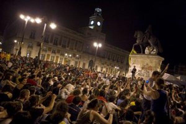 Demonštranti ma madridskom námestí Puerta del Sol.