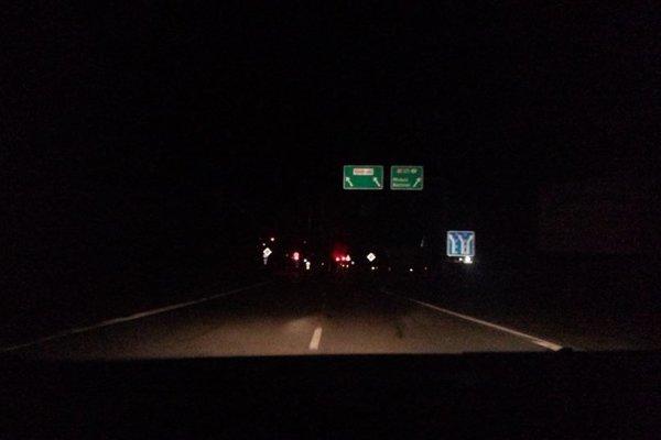 Most takmer nebolo vidno. Lokalitu osvetľovali iba prechádzajúce autá a semafory.