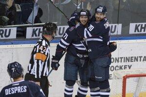 Hráči Slovana sa radujú z vyrovnávajúceho gólu na 1:1.