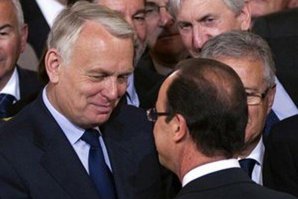 Nový francúzsky prezident Francois Hollande (vpravo) a premiér Jean-Marc Ayrault.
