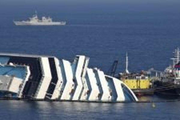 Costa Concordia 13. januára narazila na skalu pri ostrove Giglio.