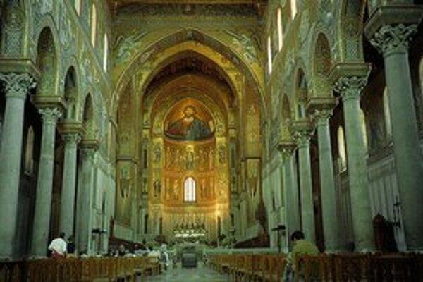 Interiér miestnej katedrály.