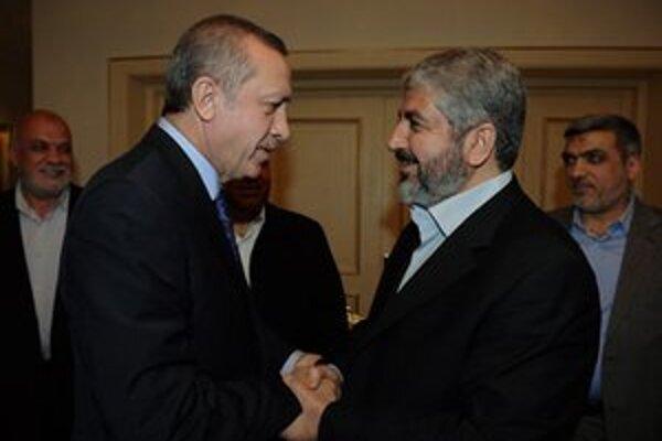 Turecký Erdogan si podáva ruku s Chálidom Mišálom (vpravo).