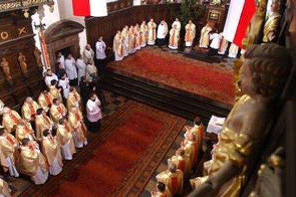 Kňazi si odvody budú asi platiť sami.