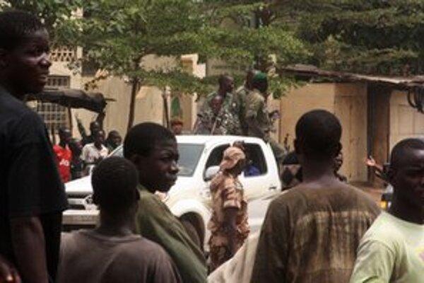 Hliadkujúci vojaci v uliciach hlavného mesta Bamako.