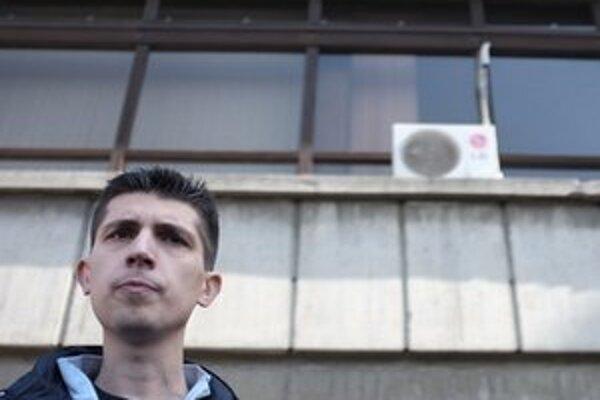 Mladen Obradovič opúšťa budovu súdu.