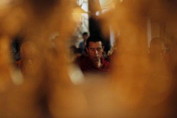 Modlitby za Tibeťana, ktorý sa v pondelok upálil v indickej metropole.
