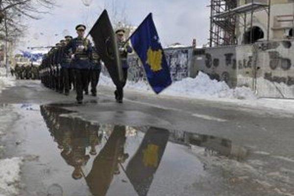 Príslušníci kosovských bezpečnostných síl (KSF) pochodujú v Prištine.