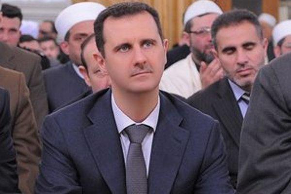 Sýrsky prezident Bašár Asad sa modlí pri príležitosti výročia narodenia proroka Mohameda.