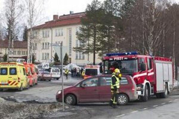 Záchranné vozidlá stoja pred strednou školou vo fínskom meste Orivesi.