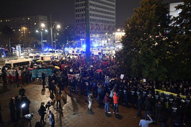 Protestujúci pred centrálou AfD v Berlíne.