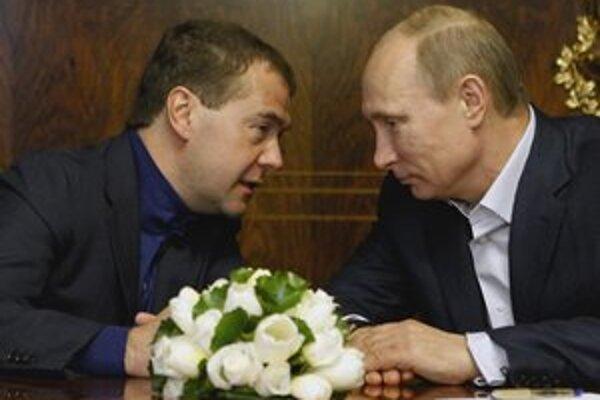 Moc v Rusku sa nemení podľa volebného zákona, rozhoduje dohoda Putina (vpravo) s Medvedevom.