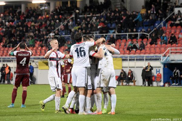 Dawid Szymonowicz (v bielom drese vľavo, č. 6) odohral v sobotu celý zápas v strede obrany. O výhre nad Podbrezovou rozhodol kuriózny gól Ľubomíra Urgelu.