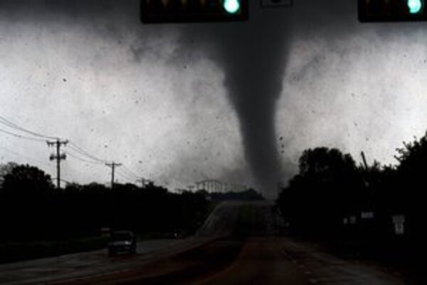 Tornádo v meste Lancaster južne od Dallasu.