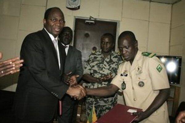 Kapitán Amadou Sanogo (vpravo) po podpise plánu.