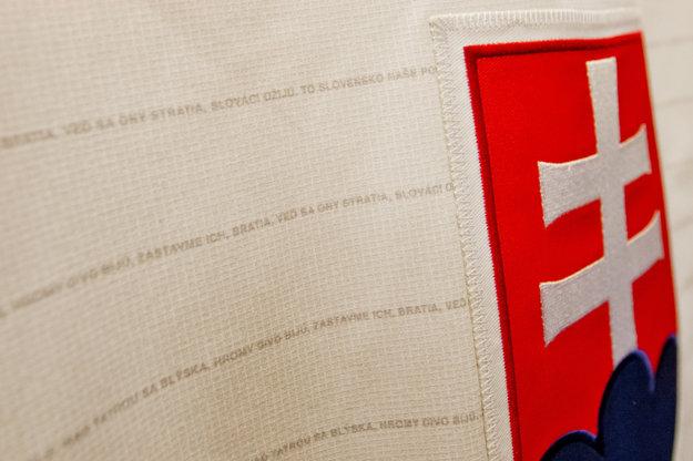 Na dresoch slovenských hokejistov boli v minulosti aj slová národnej hymny.