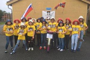 Žiaci z Blomvågu na mieste pred školou, ktoré nesie meno Petra Sagana.