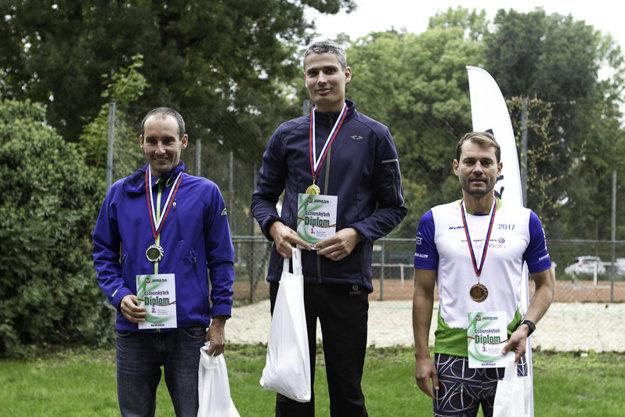 Medailisti na 15 km v kategórii do 39 rokov - zľava Pavol Tokár, Marek Kuťka a Norbert Adamča.
