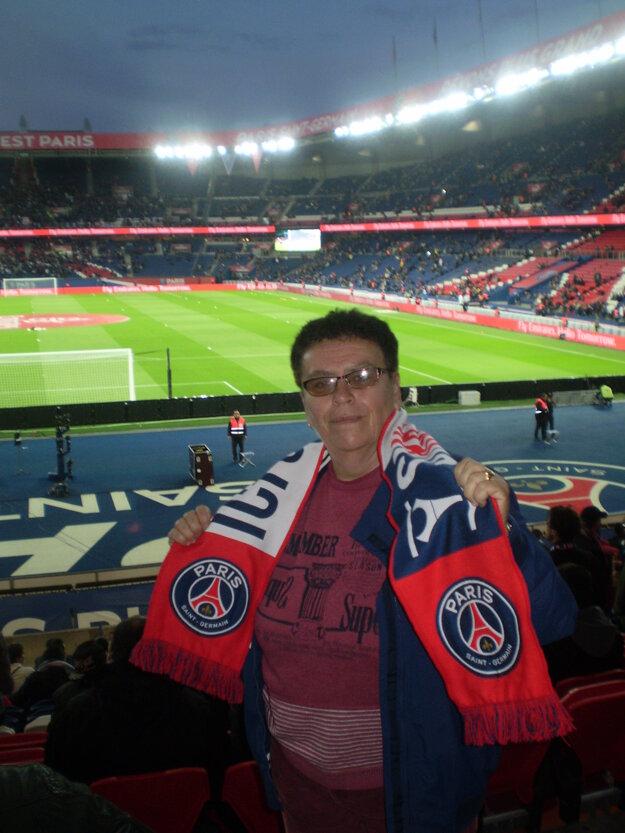 Eva Osvaldová so šálom parížskeho klubu PSG
