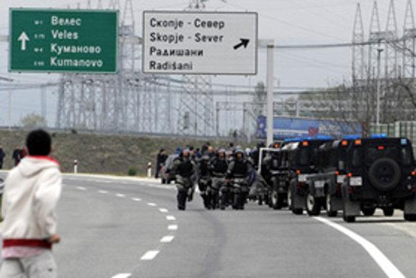 Polícia uzatvára diaľnicu neďaleko miesta činu.
