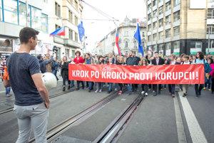 Tlak na riešenie korupcie stupňujú študentské pochody.