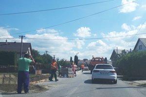 Chodník ku škôlke je už hotový, robotníci dorábajú úsek okolo kostola.
