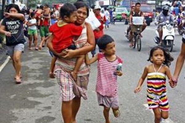 Miestni obyvatelia sa utekajú ukryť pred silným zemetrasením, ku ktorému došlo v Cebu 6. februára 2012 v strednej časti Filipín.