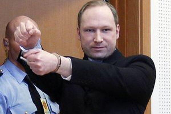 Nórsky masový vrah Anders Behring Breivik prichádza na súdne pojednávanie.