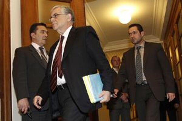 Grécky premiér Lukas Papadimos prichádza na rokovanie kabinetu v gréckom parlamente v Aténach.