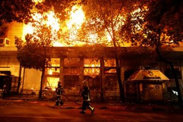 Pri nepokojoch v Grécku vyhorelo 45 budov, vyše sto ľudí sa zranilo.