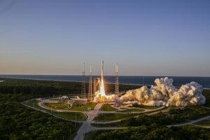 Štart rakety Atlas V so sondou na palube.